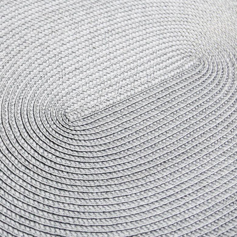 楕円の渦を描くような編み目。少しツヤのある柔らかな質感。