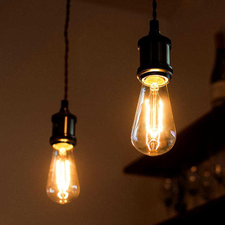 裸電球をおしゃれに飾る、シンプルなペンダントライト