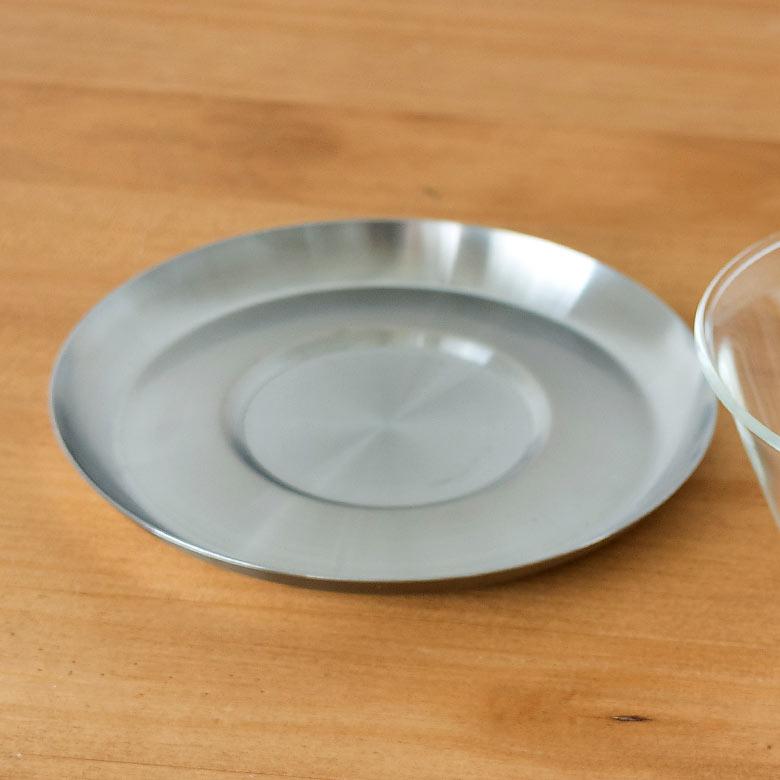 ガラスのカップとステンレス製ソーサーの異素材を組み合わせたセット。