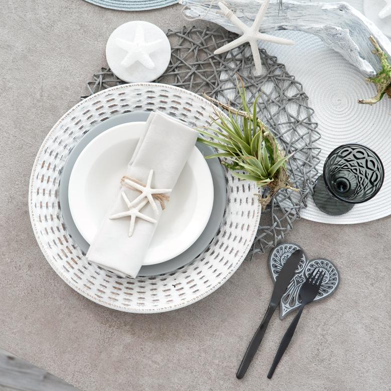 テーブルが明るくなるナチュラルなホワイトカラー