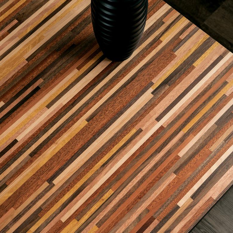 風合いたっぷりの木目が美しい天然木天板