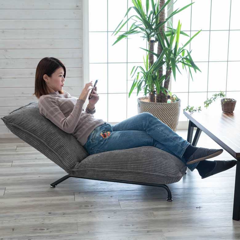 女性が座ってくつろぐイメージ