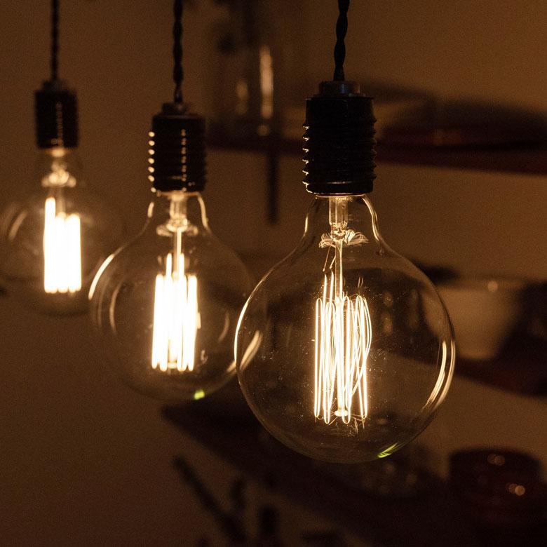 フィラメントが美しいエジソン裸電球。
