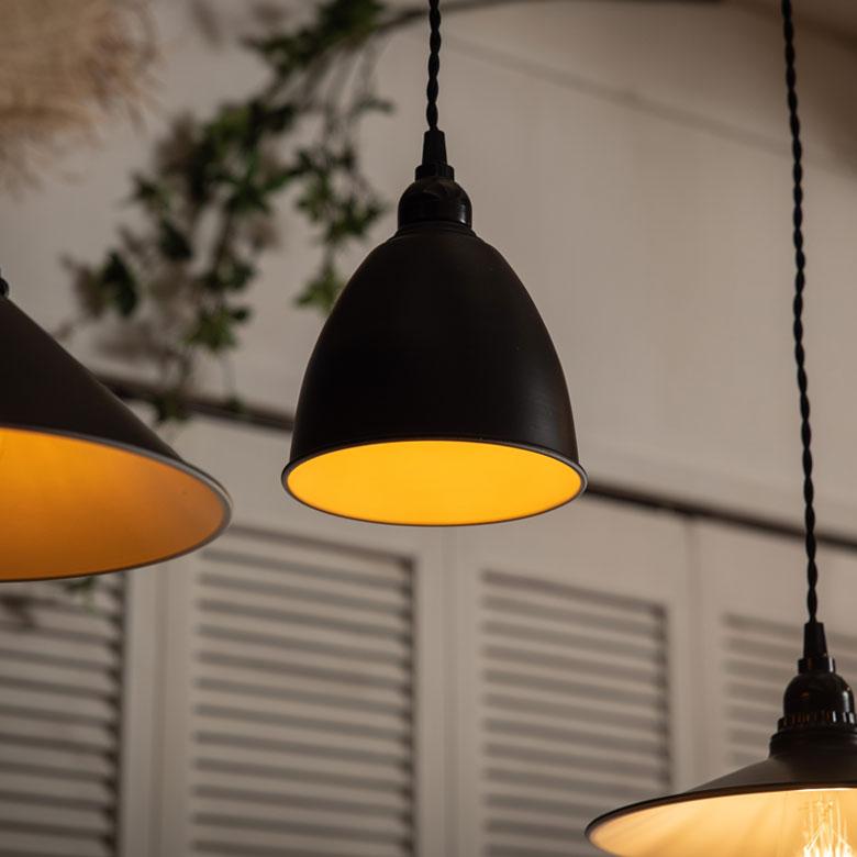 シンプルなライトだから、電球の色で様々な雰囲気をお楽しみいただけます。