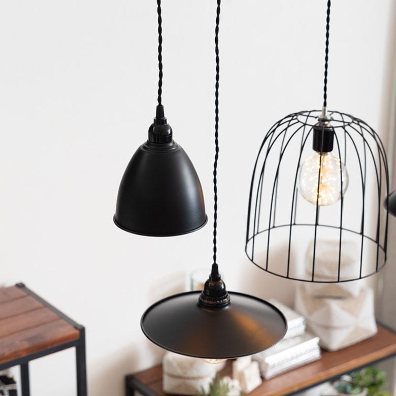 数種類のランプを並べて吊るしても素敵。