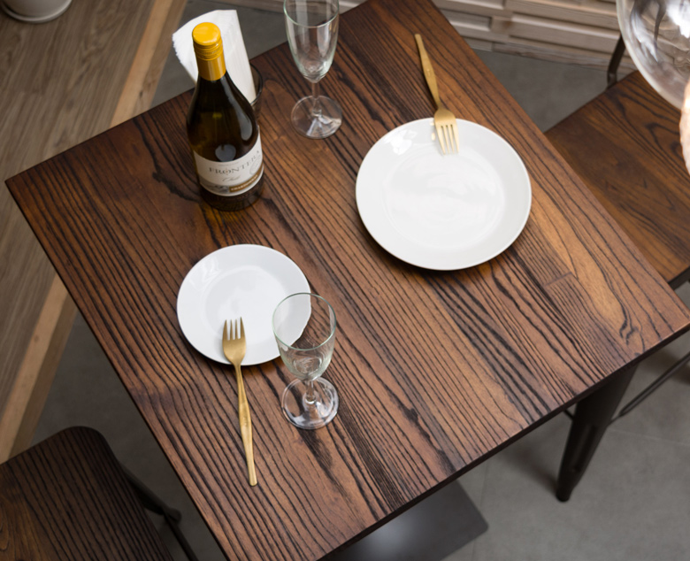 渋い重みのある雰囲気のカウンターテーブルのセット