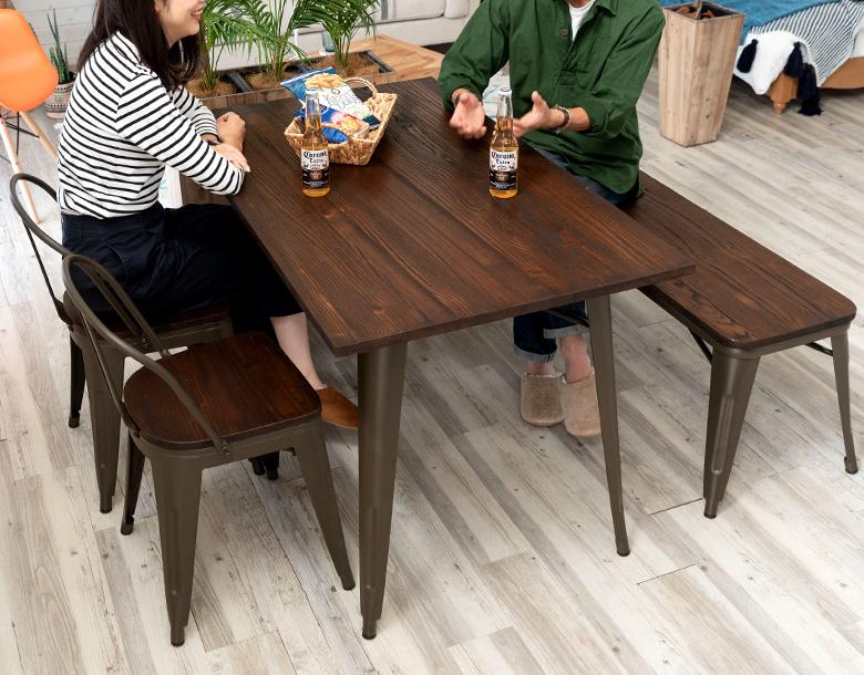 雰囲気のあるダイニングテーブルのセット