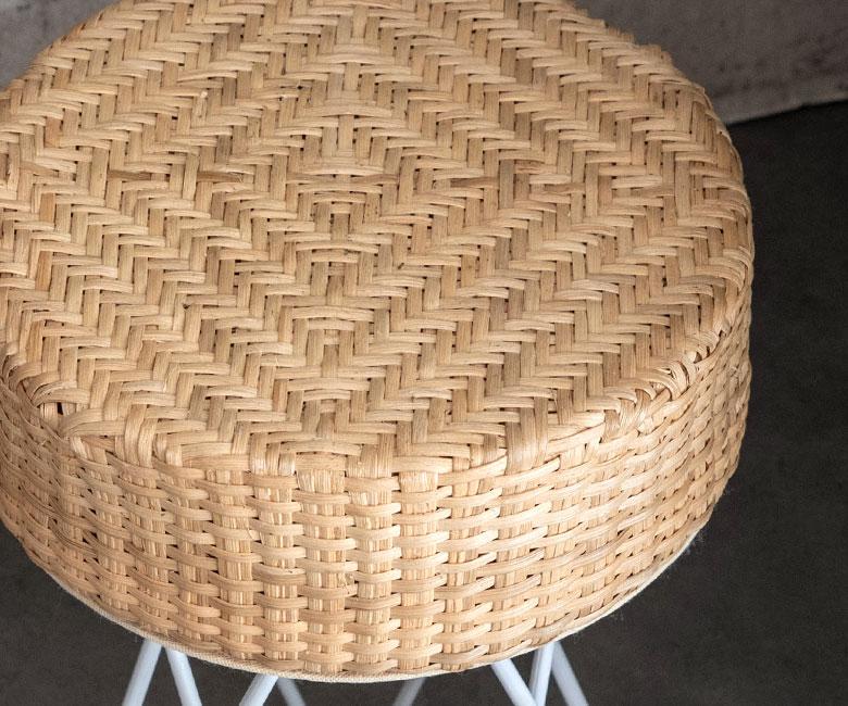 丸い座面も相まって、ラタンのやさしい風合いを感じるデザイン