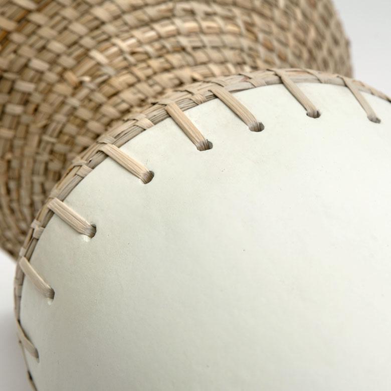 テラコッタに穴をあけて、シーグラスで丁寧に縫い付けています