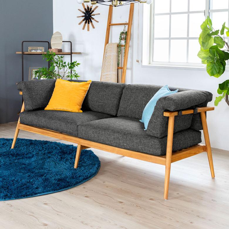 チーク材の特性を生かし、贅沢に無垢にこだわって作ったソファです