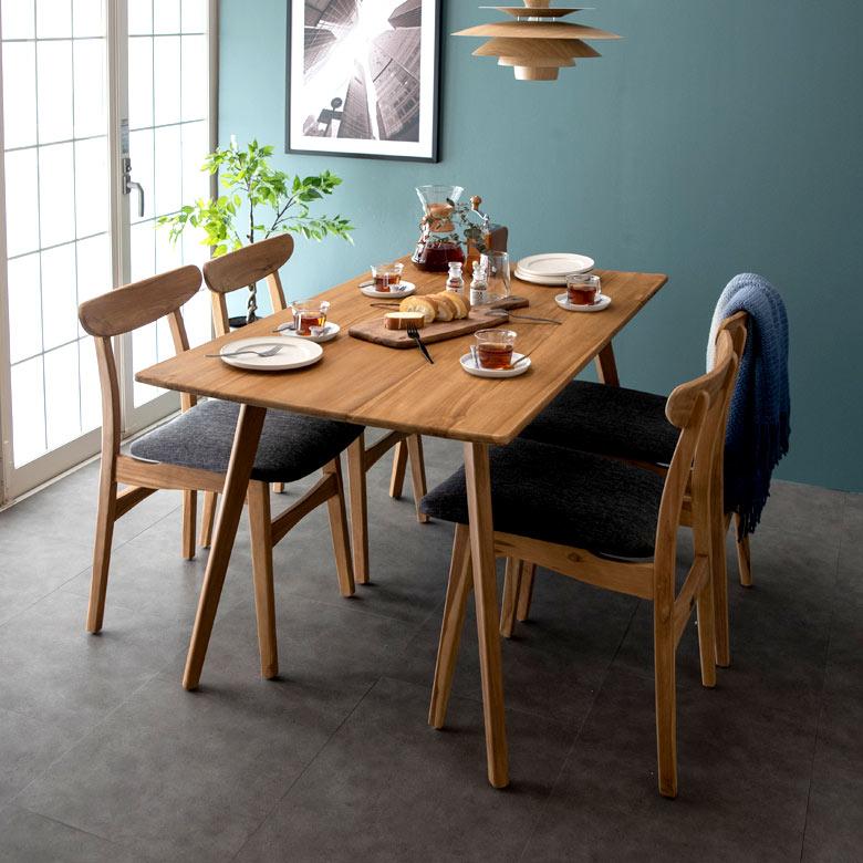 チーク材の特性を生かし、贅沢に無垢にこだわって作ったダイニングテーブルです