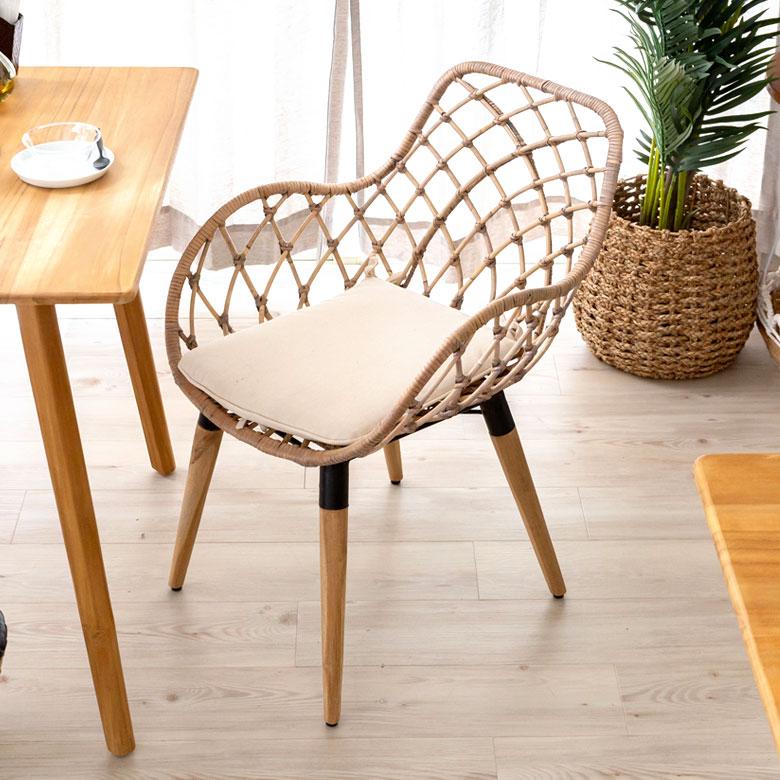 ラタンの椅子。