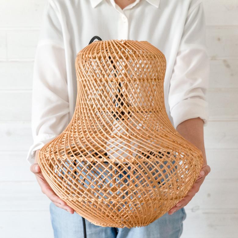 しなやかな曲線と編み目の透け感が圧迫感を感じさせないデザイン