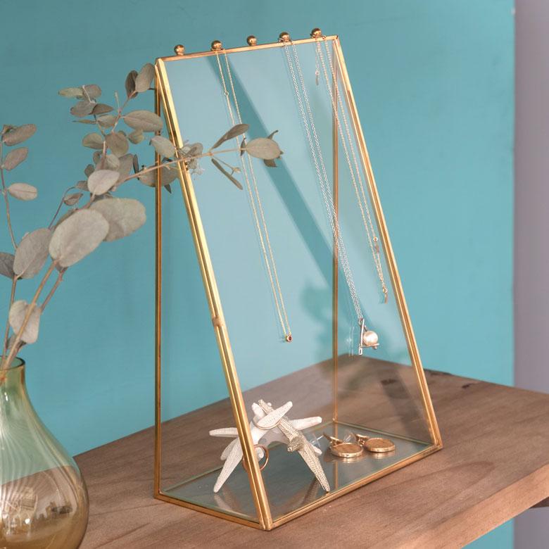 ガラスと真鍮でできた、アクセサリースタンド。