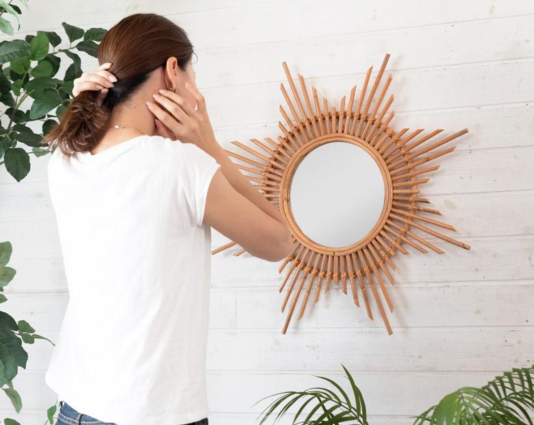 身だしなみを整えるのに便利な鏡。