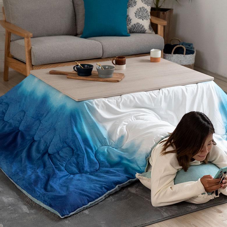 お部屋を彩るタイダイ染め風のこたつ布団。