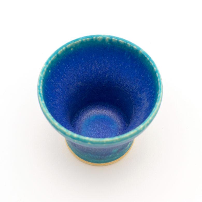 手の中にすっぽり入る可愛いサイズのミニカップ