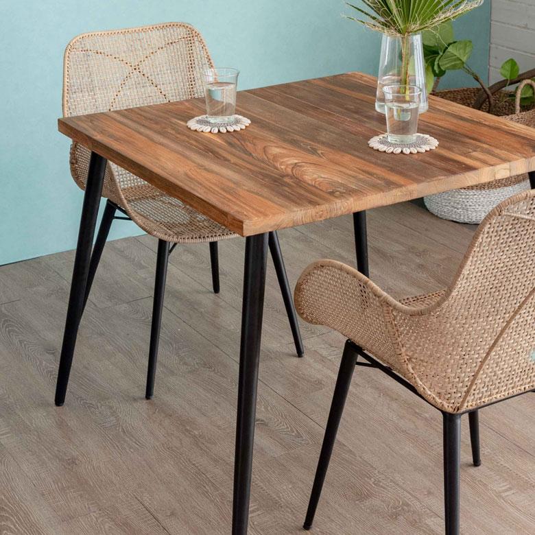 チークの無垢古材を贅沢に使用したダイニングテーブル