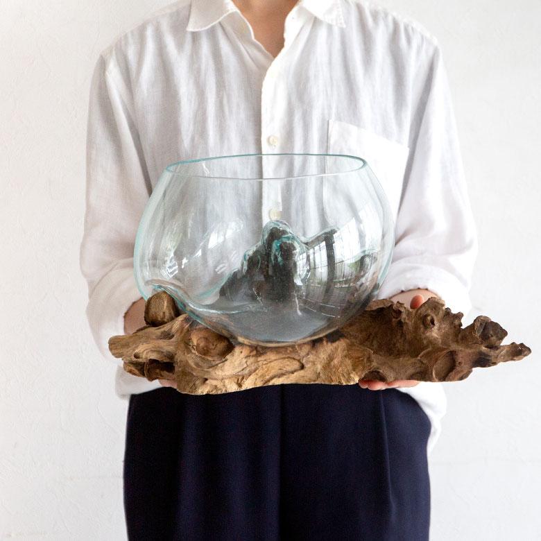 玉ねぎ型のぽってりとしたガラスに、天然素材の流木を組み合わせたユニークなオブジェ。