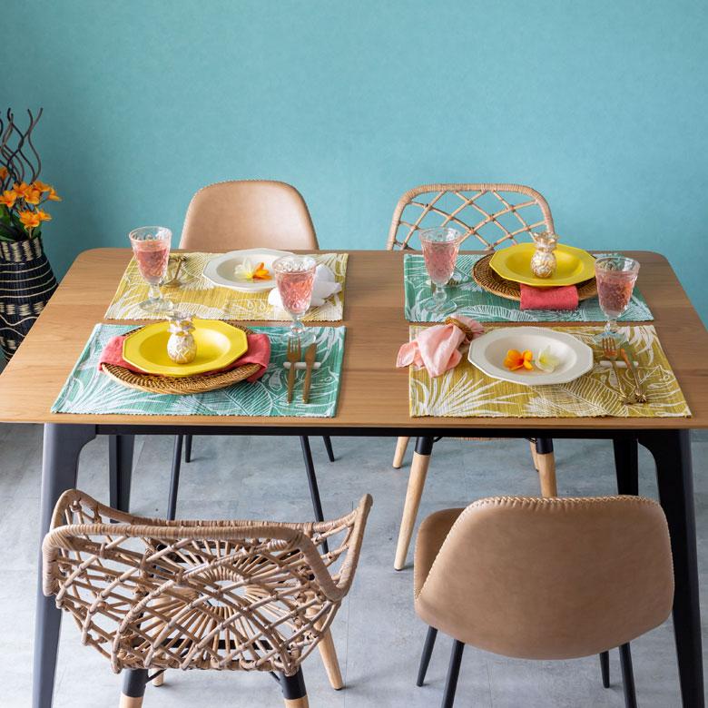 テーブルだけでなく、棚やシェルフを飾るプレースマットにも