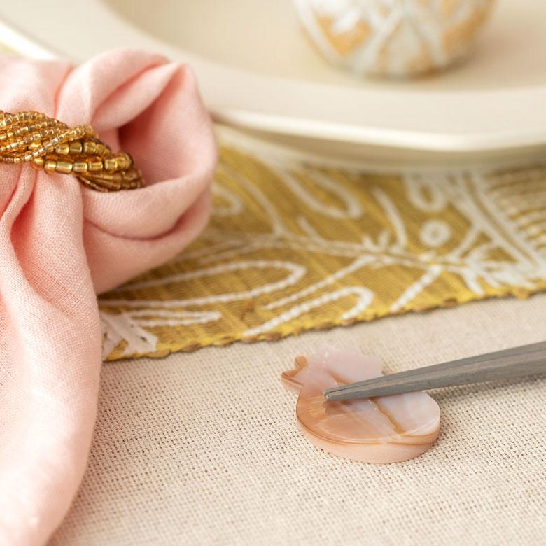 くぼみのある形状で、お箸を置いても転がりにくく使いやすさも