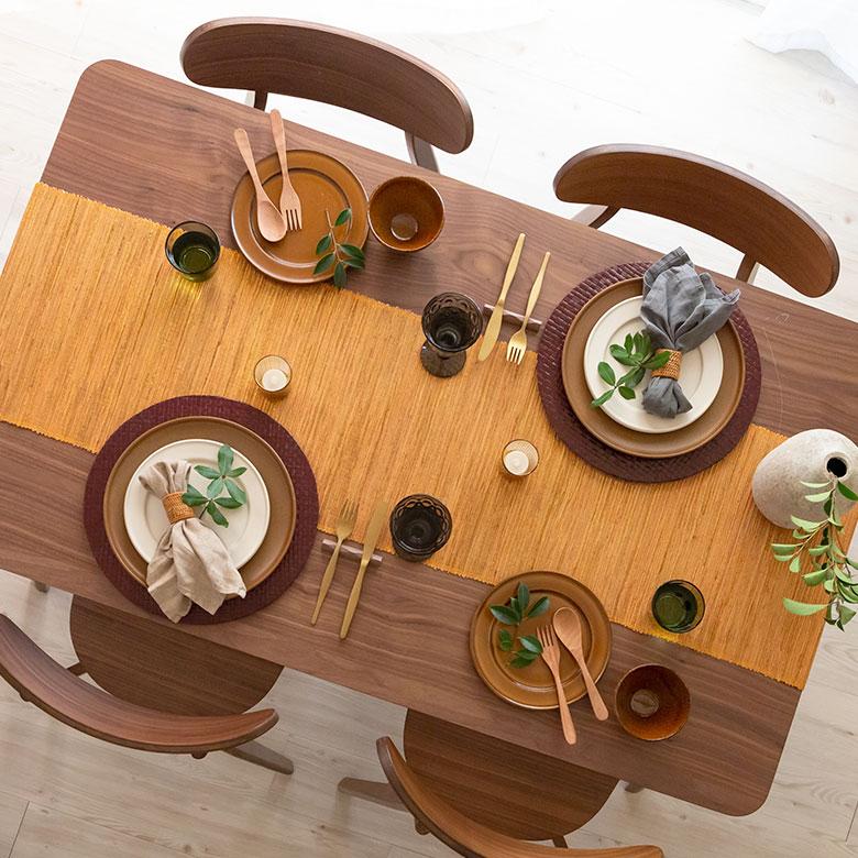 テーブルをリゾート風の爽やかな食卓に演出