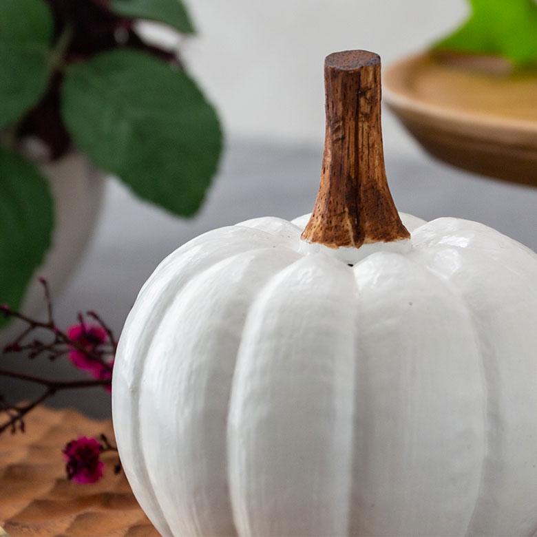 バリの職人による手彫りの温かみが伝わるオブジェ。