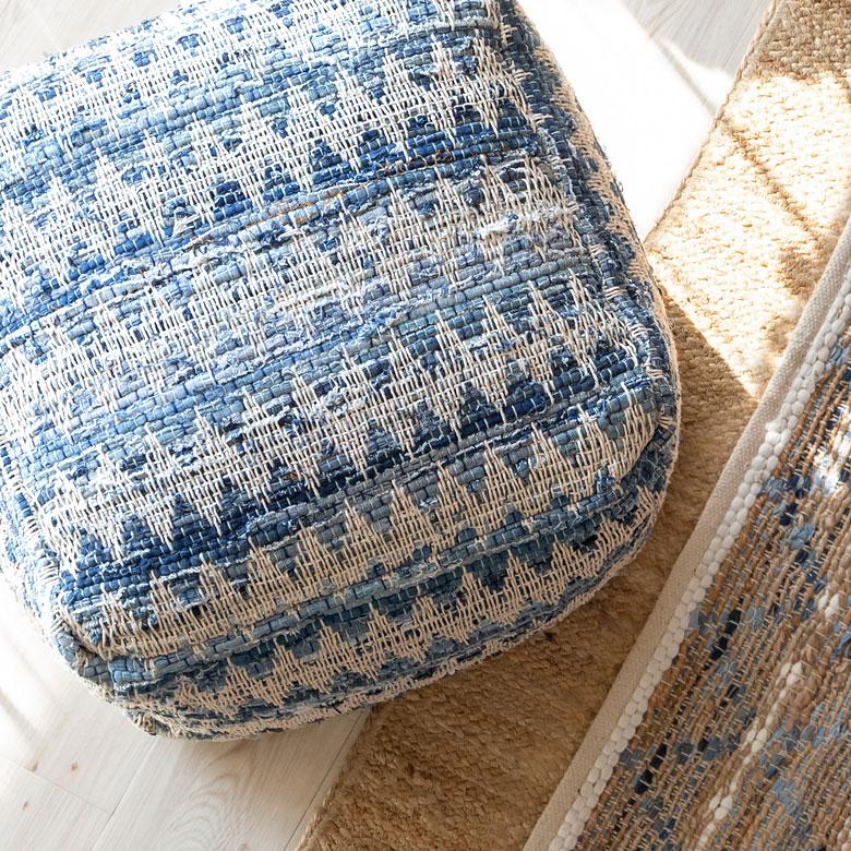 濃淡のあるデニム生地に、シェブロンの編み込みの爽やかなデザイン