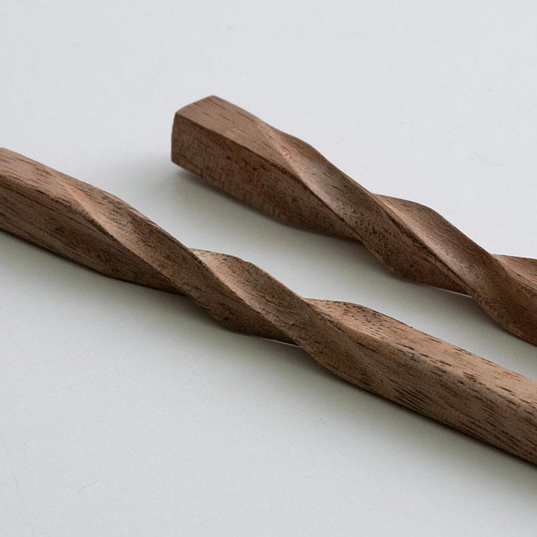 柄の部分には、木を捻ったようなカーヴィングデザインを施しました
