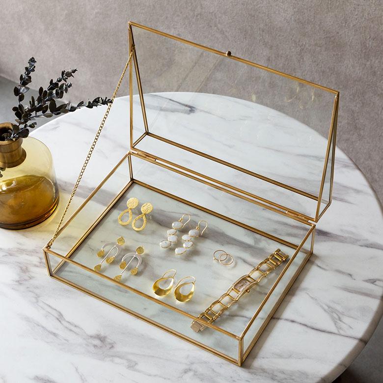 真真鍮のフレームとガラスでできたジュエリーボックス。