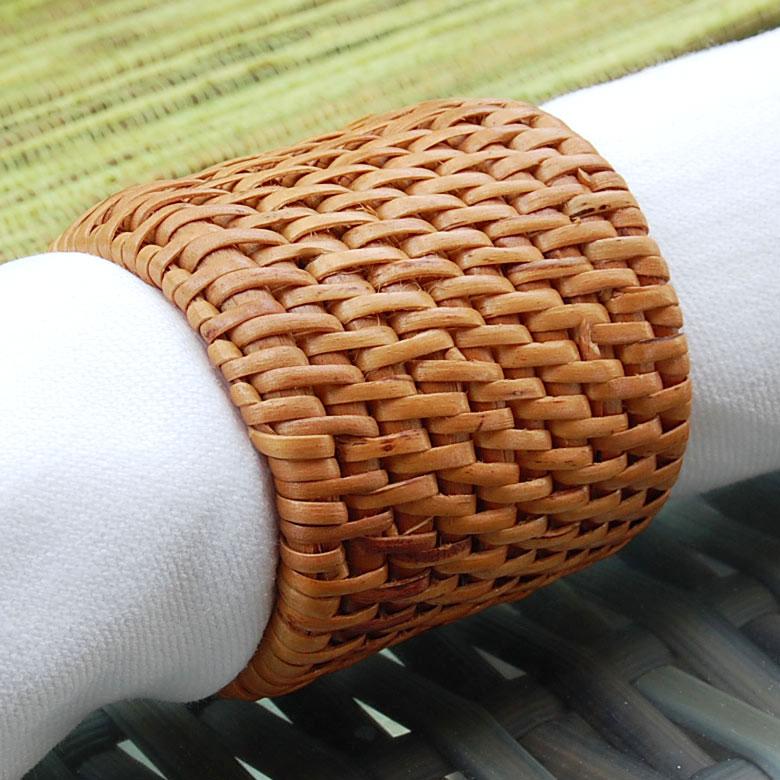 アタで編まれた丸いナプキンリング