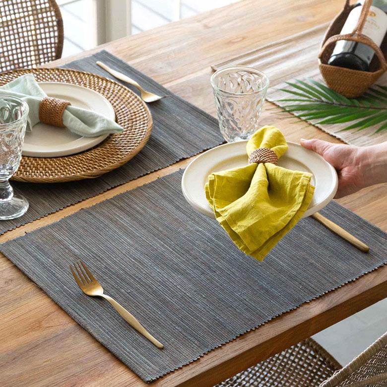 アタ製品は緻密で細かい編み目と、ココナッツの殻で燻されて出る深みのある落ち着いた色合いが特徴。