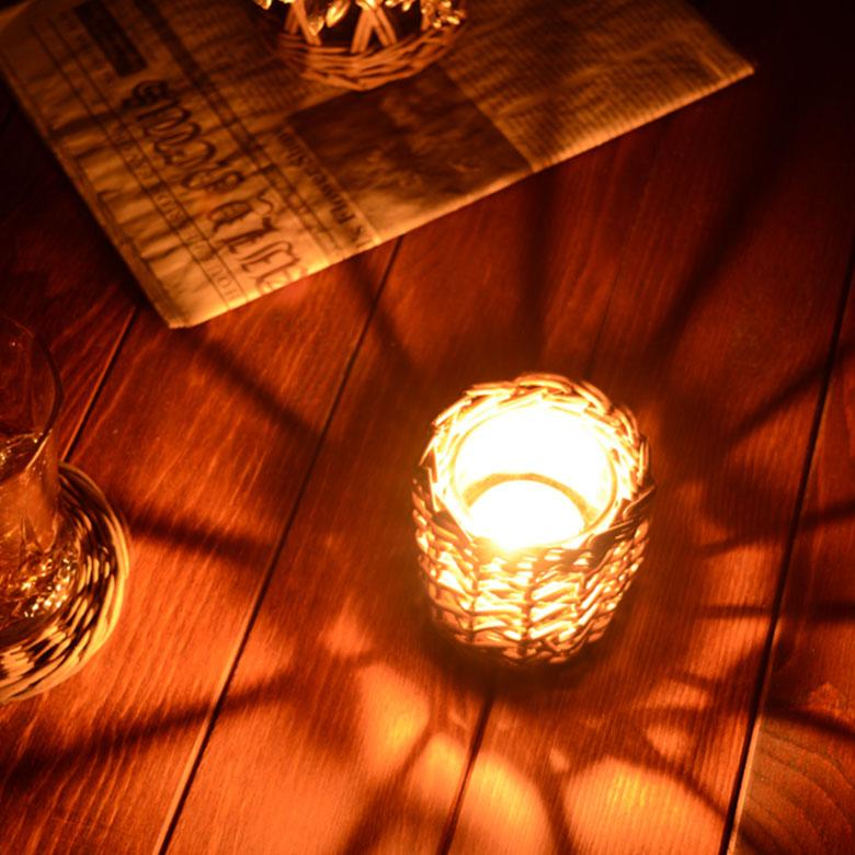 キャンドルに火を灯すと規則的な編み目から光が広がり、お部屋に幻想的な空間を演出してくれます。