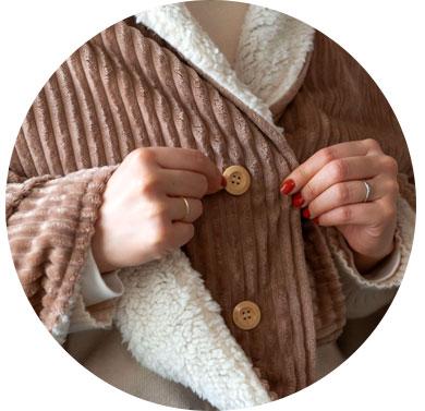 ボタンが付いているので、羽織りとしてご使用時にズレることなくお使いいただけます