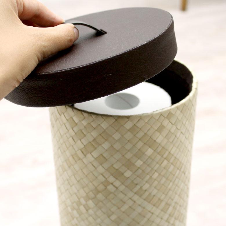 フタの取っ手を持ちあげて、トイレットペーパーもさっと取り出すことができます。