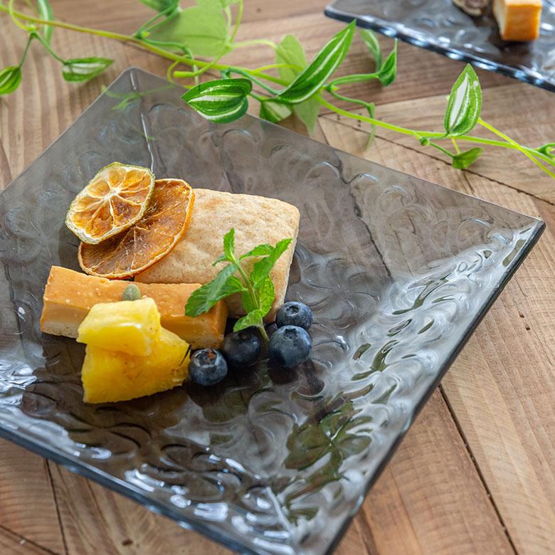 スモーク。ブルー。食べ物が美味しく映える色味。