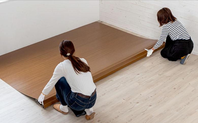 特別な道具は不要、敷くだけで床を簡単リフォーム