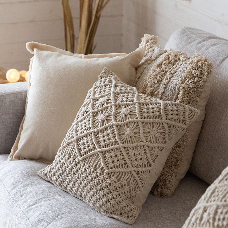 インド綿は自然な風合い、素材感のあるサラリとした肌触り、通気性の良さが特徴。