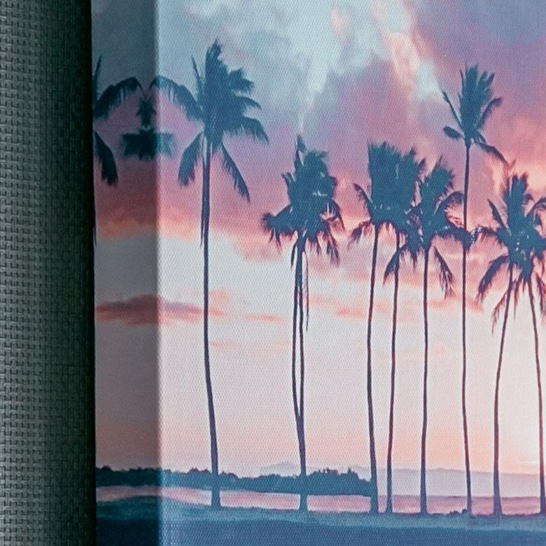 穏やかな海岸を切り取った、幻想的な雰囲気のアート