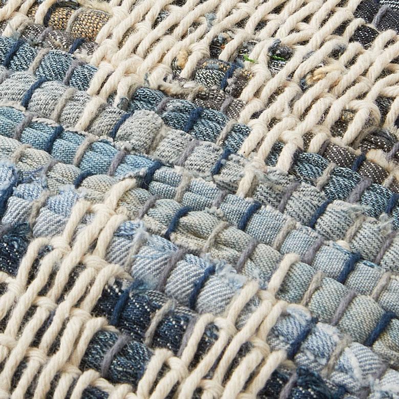濃淡のあるデニム生地に、シェブロンの編み込みの爽やかなデザイン。