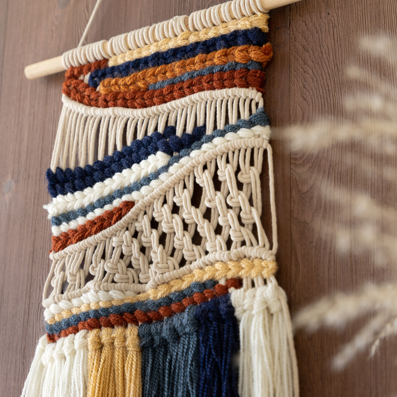 6色の糸を彩り豊かにミックスしたマクラメ編み