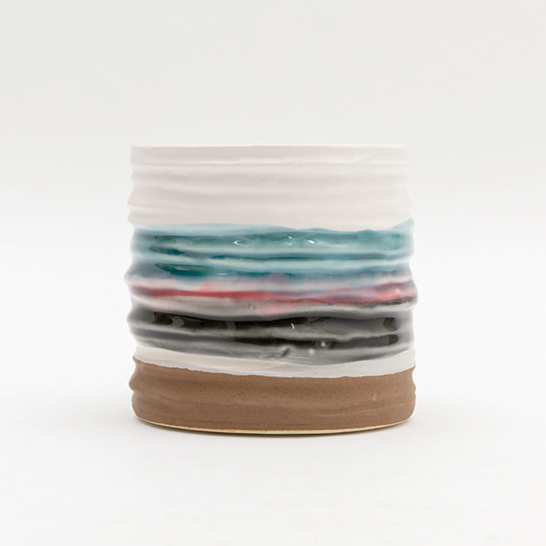 波打ったフォルムとシックな色使いの鉢カバー