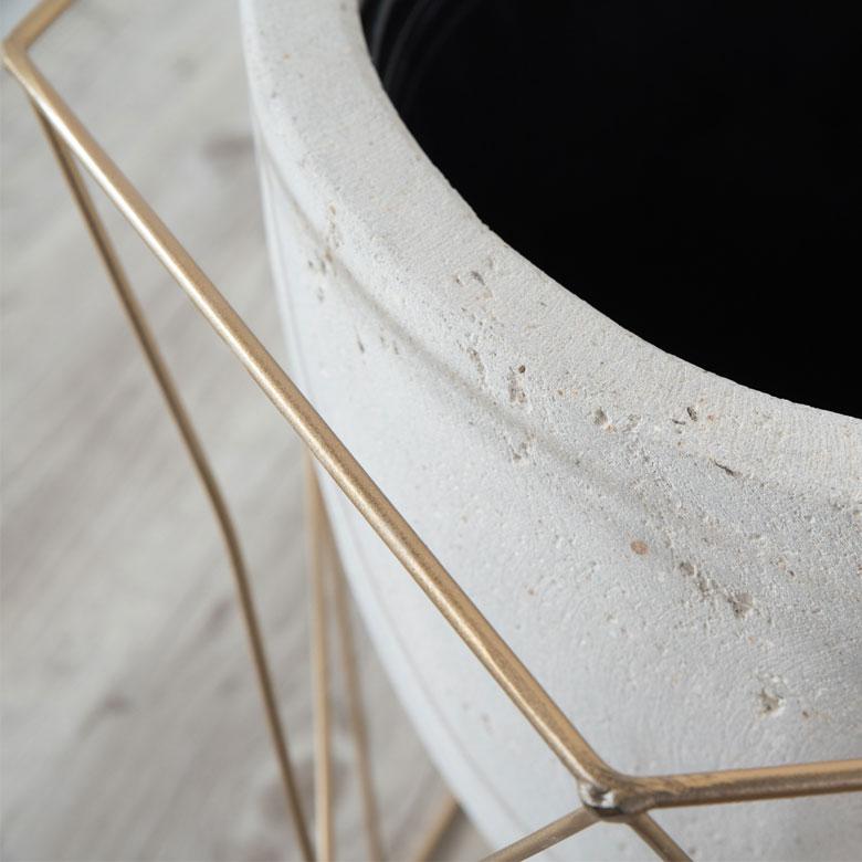 ゴールドのワイヤーとセメント製の鉢