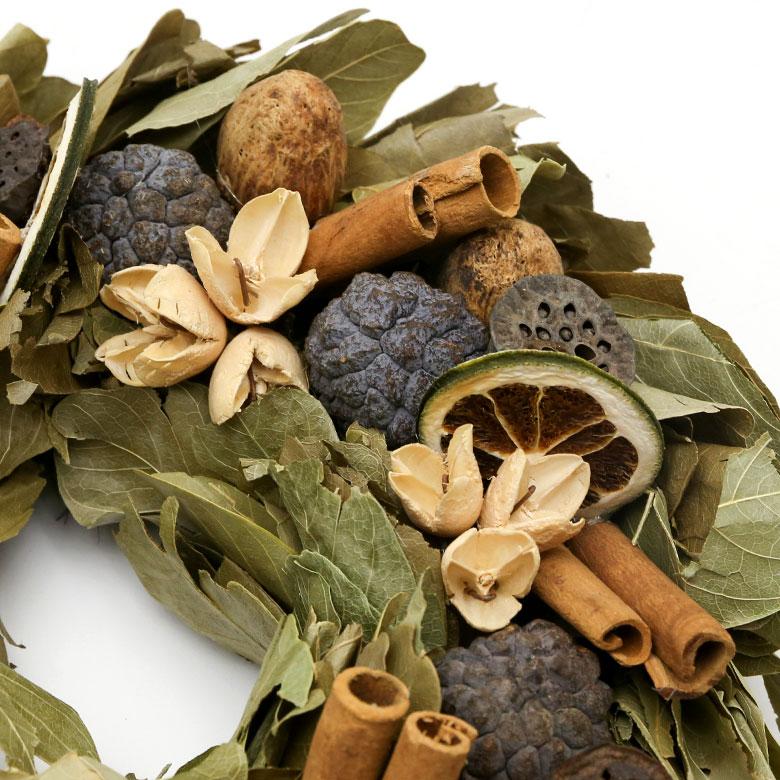 木の実やナッツ、シナモンスティックやドライハーブなどスパイスをふんだんに使ったリース