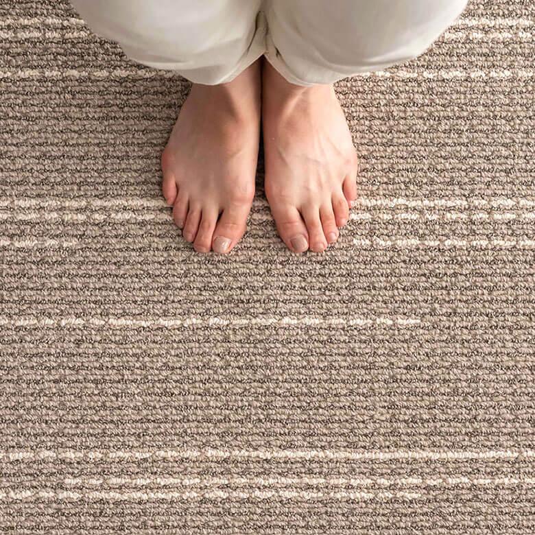 程よいボリューム感のパイルで踏み心地の良いタフト織りラグ。