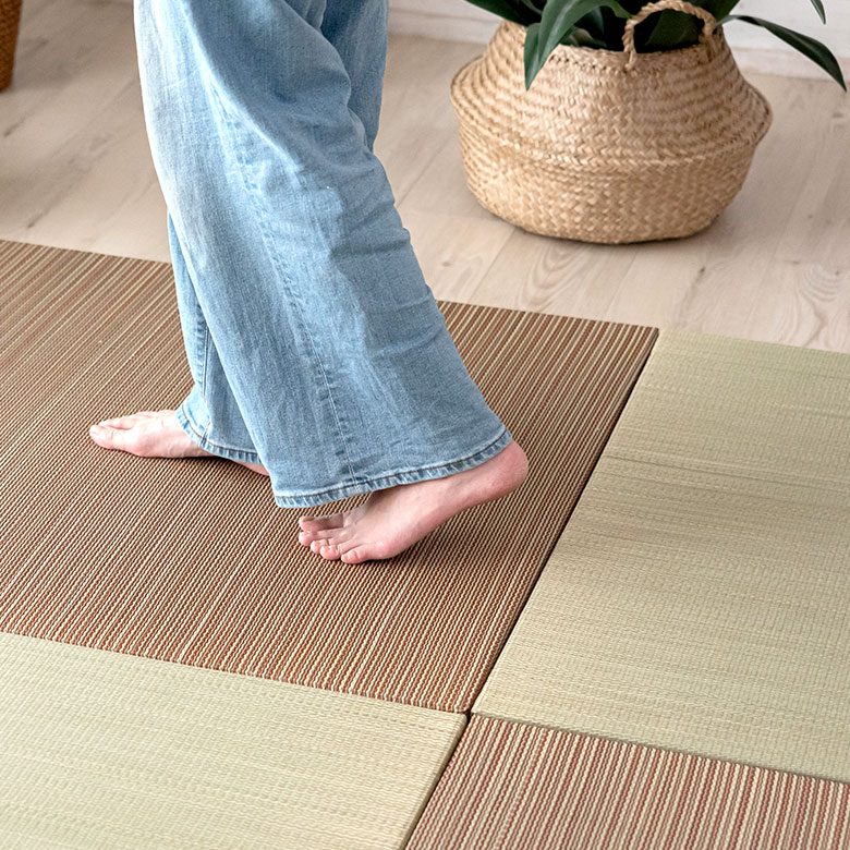 ラグのように敷くだけの置き畳。