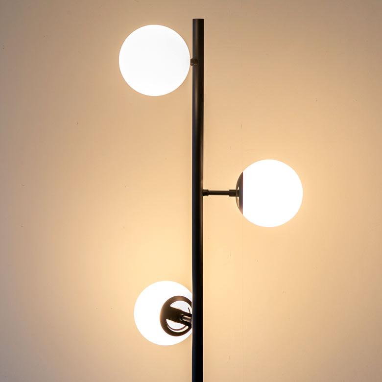 ライトが3方位に向いているので立体的なフォルムと陰影が生まれ間接照明としても存在感を放ちます。