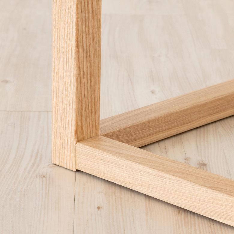 床との接地面も木製です。