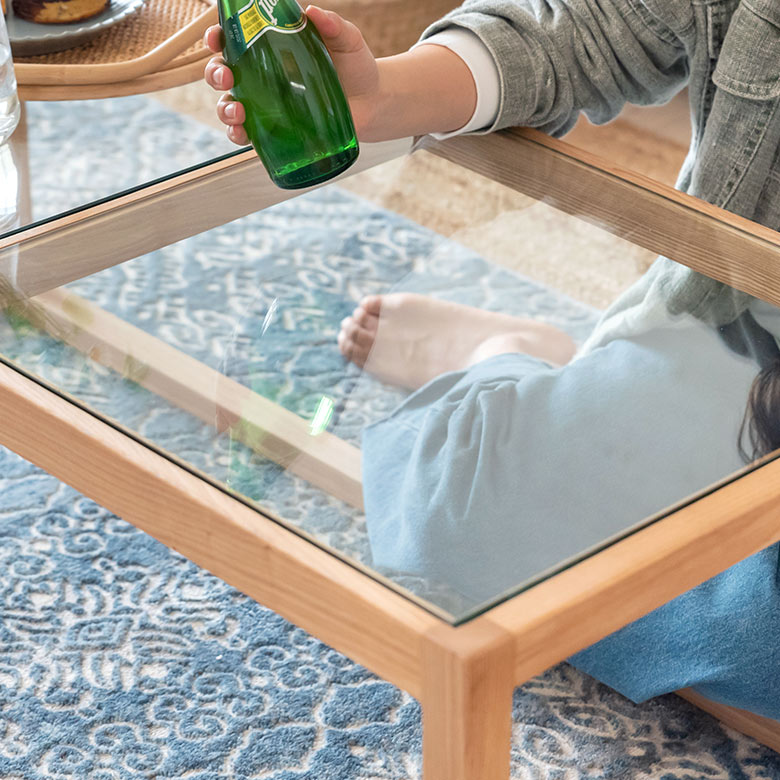 天板には厚さ8ミリのガラスを使用。