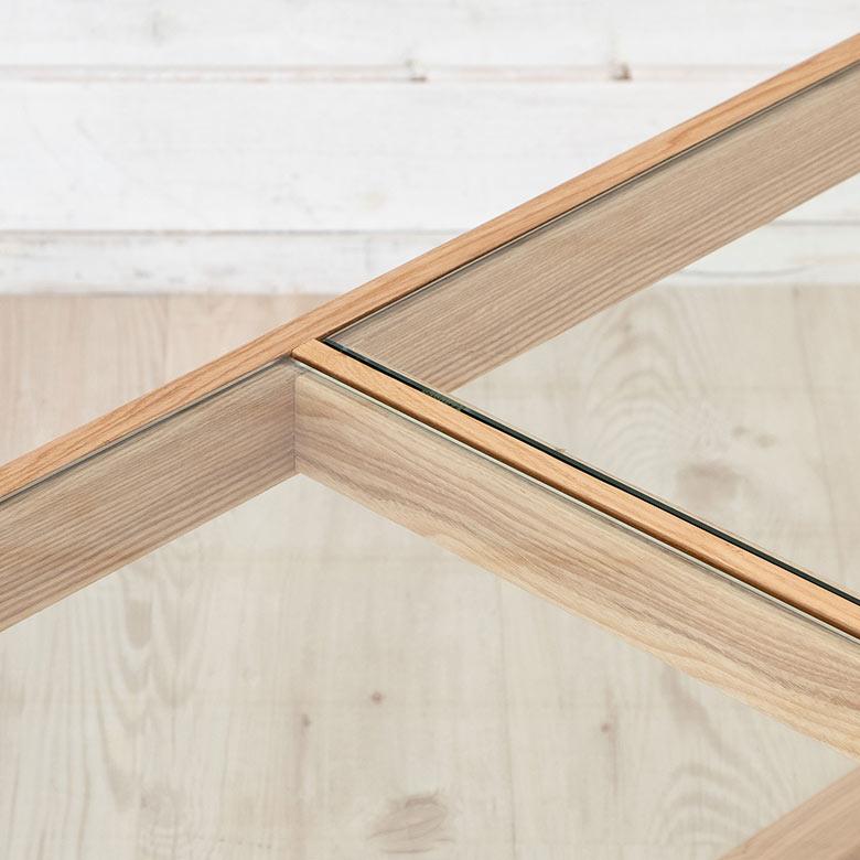2枚のガラス天板を使用しています。